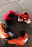 Arbeta spela brädeleken på golv på den Karachi Cantt stationen Fotografering för Bildbyråer