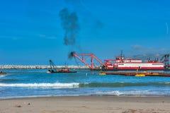 Arbeta tillsammans som muddrar Ventura Harbor Royaltyfri Bild