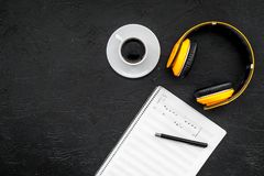 Arbeta utrymme av kompositören, eller dj med hörlurar och anmärkningar svärtar modellen för den bästa sikten för bakgrund arkivbild