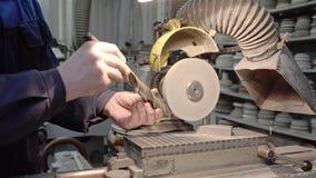 Arbeta vässa en drillborrbit på en malande maskin Närbild av händerna och mekanismen stock video
