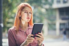 Arbeta wirelessly som ser till framgång royaltyfria foton