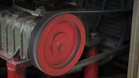 Arbetande elektrisk motor på en fabriksmaskin arkivfilmer