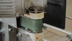 Arbetande elektrisk motor på en fabriksmaskin lager videofilmer