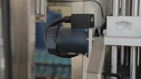 Arbetande elektrisk motor p? en fabriksmaskin stock video