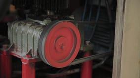 Arbetande elektrisk motor p? en fabriksmaskin arkivfilmer