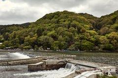 Arbetande fördämning på floden i Japan arkivbild