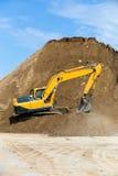 Arbetande gräva för gul backhoe Royaltyfri Fotografi