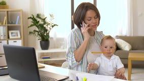 Arbetande mamman med behandla som ett barn att kalla på smartphonen stock video