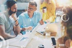 Arbetande process för Coworkersfolk Ungt idérikt folk som tillsammans arbetar i modernt kontor Begrepp av det digitala diagrammet royaltyfria bilder