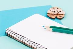 Arbetande skrivbord för mintkaramellgräsplan med kuvertet arkivbild