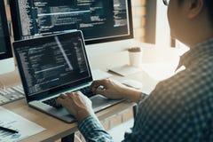 Arbetande utveckling för asiatisk man av för programmera och krypteringteknologiwebsite på skrivbordet programmerare för design i royaltyfri fotografi