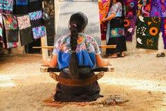 Arbetande vävstol för mexicansk kvinna i Chiapas Mexico arkivbilder