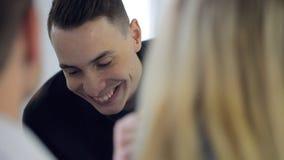 Arbetar den övre sikten för slutet av den unga affärsmannen i regeringsställning lager videofilmer