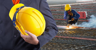 Arbetar- eller teknikerinnehavet i händer gulnar hjälmen Fotografering för Bildbyråer
