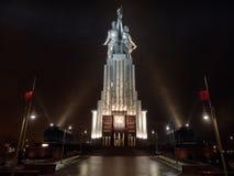 Arbetar- och kolchoskvinnaskulptur i Moskva royaltyfri bild