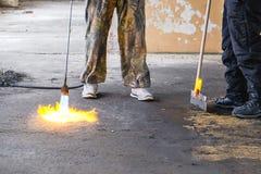 Arbetararbete med en gasgasbrännare royaltyfri bild