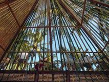 Arbetarbyggande ett bambutak i Bali i traditionell väg arkivbilder