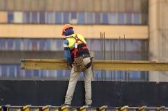 Arbetarbyggandematerial till byggnadsställning på konstruktionsplatsen Arkivbilder