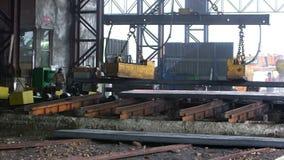 Arbetare överför färdiga stålkvarter stock video
