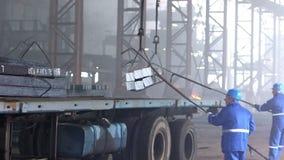 Arbetare överför färdiga stålkvarter lager videofilmer