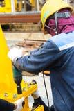 Arbetare använd betel - mutter Fotografering för Bildbyråer