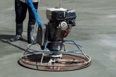 Arbetare använder poleringsmaskiner arkivbild