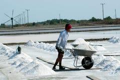 Arbetare arbetar på en salt lantgård i Thailand Royaltyfri Foto