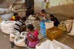 Arbetare av de Dharavi slumkvarteren av Mumbai, Indien Fotografering för Bildbyråer
