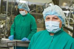 Arbetare av den farmaceutiska fabriken Arkivbilder