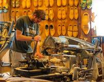 Arbetare av Holland träskor Arkivbild
