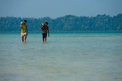 Arbetare bär Havelock för dykningsyrebehållaren turism Fotografering för Bildbyråer