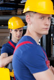 Arbetare bredvid gaffeltrucken Royaltyfri Bild