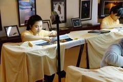 Arbetare broderar med silke Fotografering för Bildbyråer