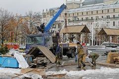 Arbetare demonterar revolutionfyrkanten, efter rysk nationell festival` Shrove ` i Moskva Royaltyfri Fotografi