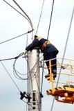 Arbetare-elektriker som reparerar trådarna Arkivfoto