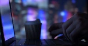 Arbetare för affärspersonkontor som i regeringsställning dricker kaffetemaskinskrivning på bärbara datorn stock video
