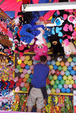 Arbetare för karnevalballonlek Royaltyfri Fotografi