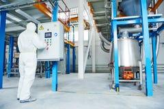 Arbetare för kemisk bransch på fabriken Arkivbild