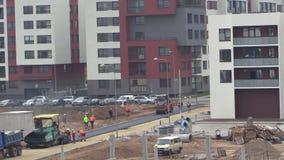 Arbetare för konstruktionsplats och utrustningstenläggningasfalt lager videofilmer