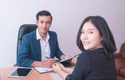 Arbetare för kontor för affärsman som ler i lagmöte och jobbintervju fotografering för bildbyråer