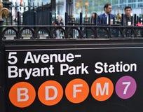 Arbetare för män för affär för Bryant Park NewYork gångtunneltecken företags i bakgrunden royaltyfri fotografi