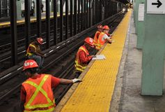 Arbetare för New York gångtunnelMTA på drevspår för reparationsrenovering fotografering för bildbyråer