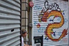 Arbetare för NYC-kineskvarterrestaurang som tar ett avbrottsNew York City gator kinesisk kultur autentisk livsstil fotografering för bildbyråer