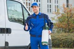 Arbetare för plågakontroll som visar Thumbsup med lastbilen Fotografering för Bildbyråer