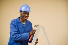 arbetare för stege för konstruktionshammareholding Fotografering för Bildbyråer