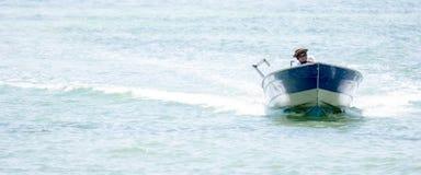 Arbetare för strandsemesterort, medan underhålla ett hastighetsfartyg i en strandsemesterort arkivfoto