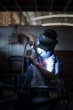 arbetare för svetsning för konstruktionsmetallproduktion Royaltyfri Fotografi