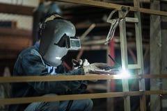 arbetare för svetsning för konstruktionsmetallproduktion Arkivbilder