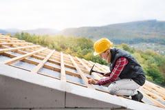 Arbetare för ung kvinna på konstruktionsplatsen arkivfoto
