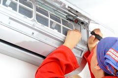 Arbetare för ung kvinna som justerar luftkonditioneringsapparatsystemet Royaltyfria Foton